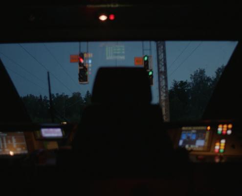 Veturin ohjaamo yöaikaan