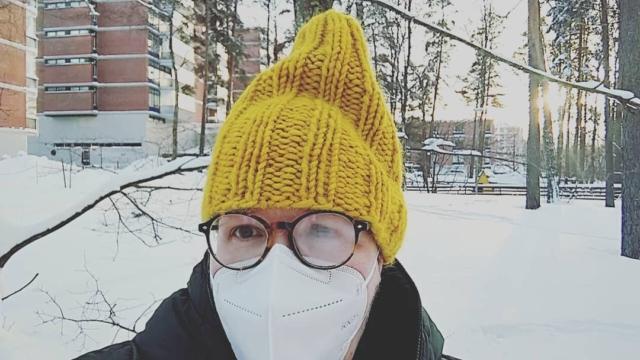 """Lämpimät terveiset pk-seudun lähiöstä, erityisesti dokumenttielokuvani Yötyön zen päähenkilöille eri puolille Suomea.  Kesäkuussa 2015 soitin pitkästä aikaa ystävälleni Ähtäriin. Hän kuvaili yllättävän runollisesti työtään kesäyössä, postin jakeluautoa pyörittäen, yöradion tahtiin.. Miten pienipalkkainen, raskas yötyö voi olla unelmatyö? Jo parissa viikossa olin kyydissä mukana, rupattelemassa elämästä ja havainnoimassa postilaatikkorivien musiikillista kolinaa..   Ote ystäväni Helin haastattelun litteroinnista: """"Mun työni on jotenkin absurdia. Toisaaltahan se on huonosti palkattu paskaduuni ja yksitoikkoista jne. Mutta se on kuitenkin ihan käsittämättömän zen. Tulee flown tunne. Sille on suomenkielinenkin sana, virtaus. Kokemus että työ sujuu silleen itsestään. Saman saa hiihtäessä, juostessa ja vaikka halkoja hakatessa. Näköjään myös lehtiä jakaessa. Sen ei tarvi olla mikään extreme-kokemus mistä se tulee, sen saa vaikka silittäessä. Mä en saa pyykkiä silittäessä, vihaan sitä, mutta varmaan joku saa.""""  Tarina dokumenttielokuvan vaiheista jatkuu. Kerron ensi kerralla arvauksen siitä, miksi samalle tilaajalle tipahtaa postilaatikkoon eri puolueiden sanomalehtiä.  Terveisin, ohjaaja  Greetings and notes about the research for the documentary film Yötyö zen. Work started already in summer 2015.  -20C   #yötyönzen #dokumenttielokuva #selfie  #postinjakaja  Faniposti Helille @pupuutarha ja @hoppiwoppi"""