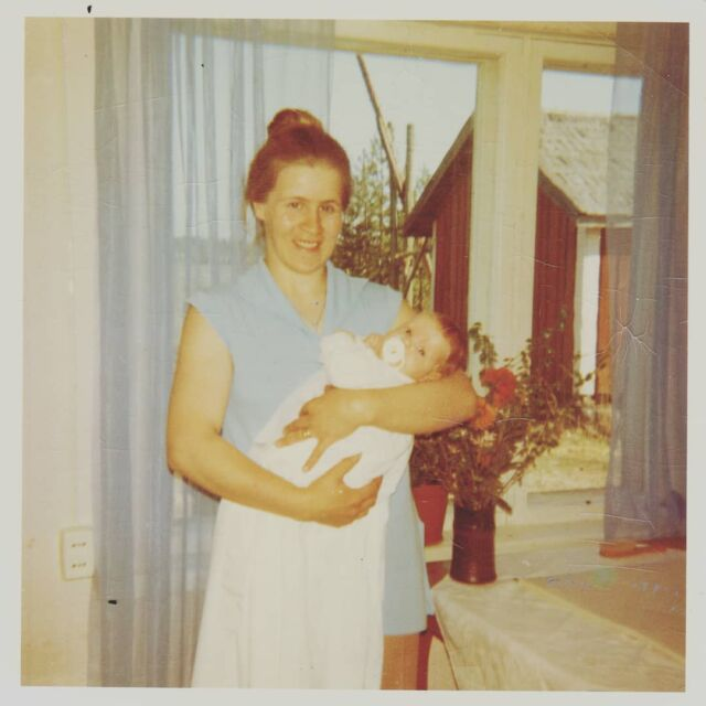 Äidin tyttö, noin viisikymmentä vuotta sitten. Kaikille kevään lapsille, aurinkoisia hetkiä toivotellen. Vinttikaivo. Punamulta. Pärekatto aitassa.  Mom and I, about 50 years ago. Children of spring, let's celebrate sunny days!